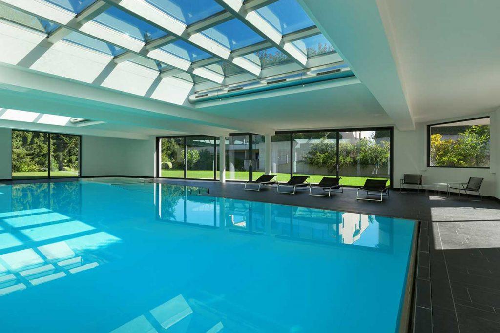 Elektrisch beheiztes Glas im Schwimmbad und Wellness